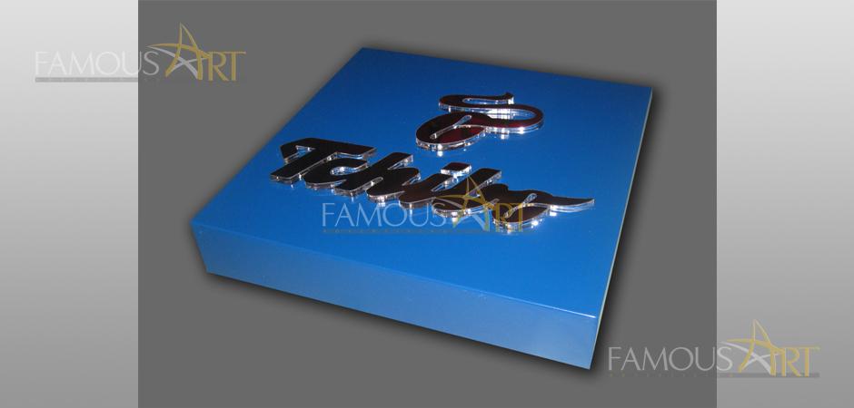 Кутия със светещи обемни букви